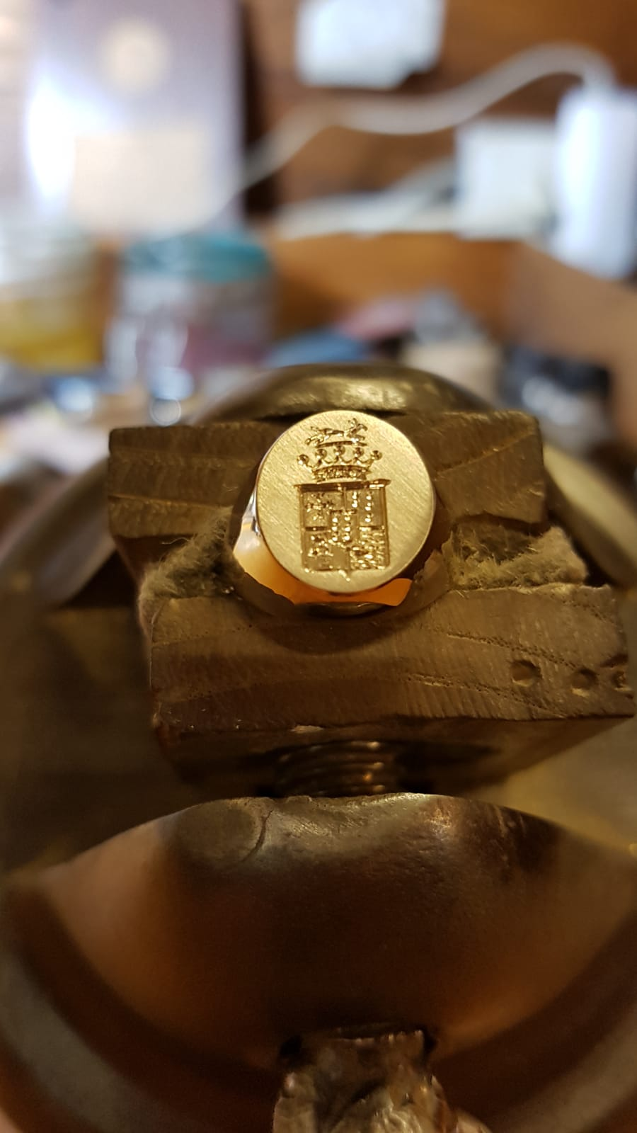 Anello con stemma inciso a mano Otello Santucci incisioni Creazioni Roma inciso a mano Otello Santucci incisioni Creazioni Roma