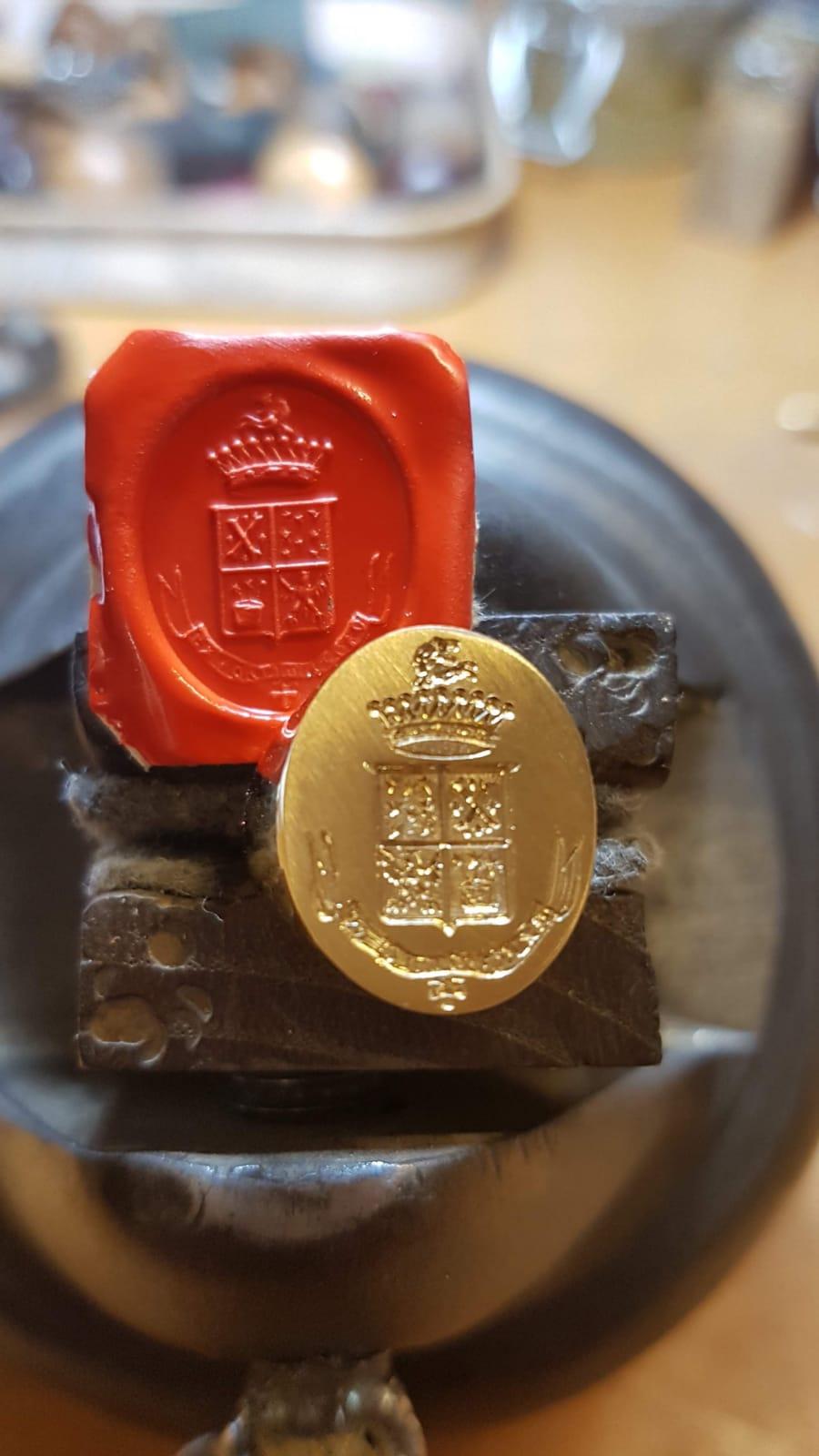 Anello con stemma araldico incisioni creazioni argento roma di Otello Santucci