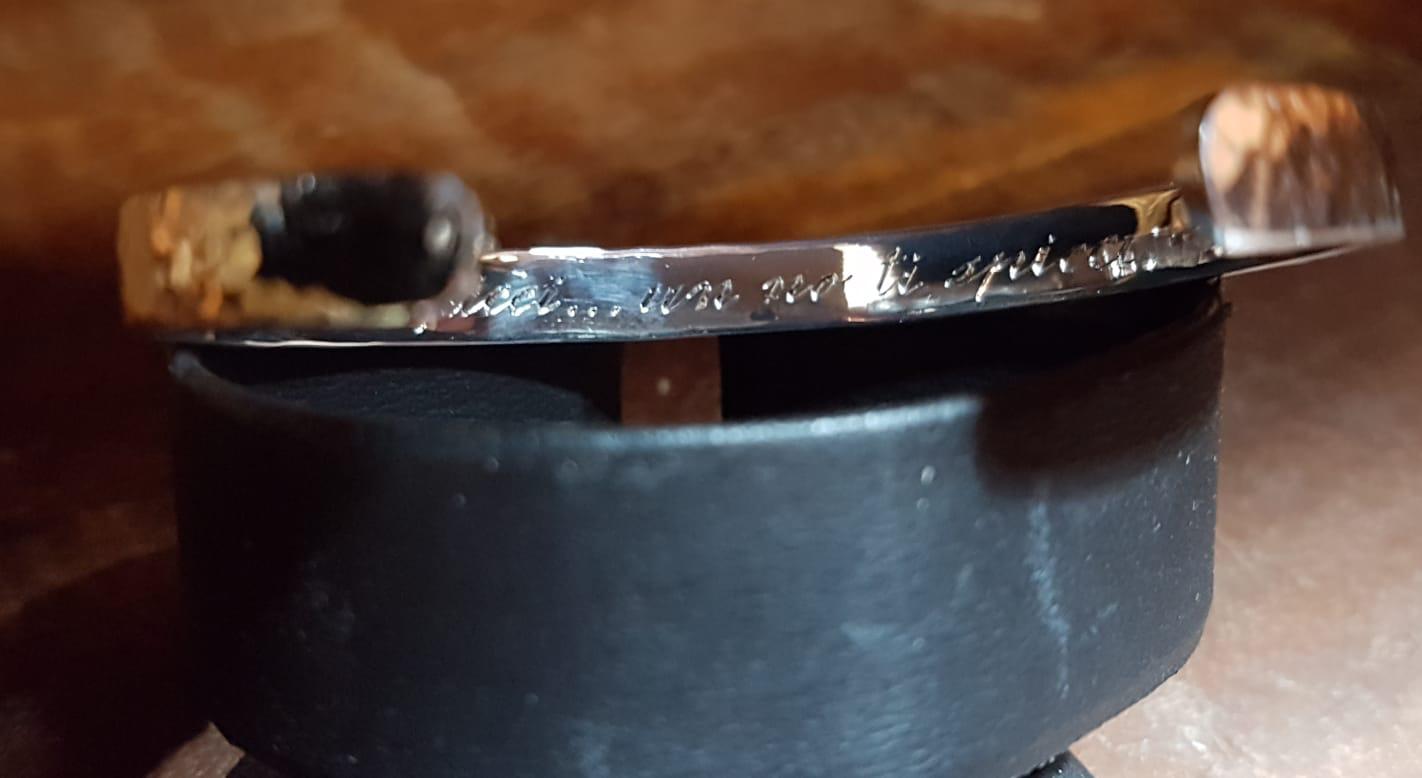 Bracciale in argento martello con incisione a mano libera di Otello Santucci
